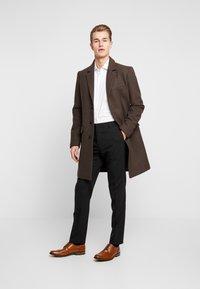 Tommy Hilfiger Tailored - DOT CLASSIC SLIM SHIRT - Formální košile - white - 1