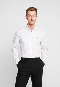Tommy Hilfiger Tailored - DOT CLASSIC SLIM SHIRT - Formální košile - white - 0