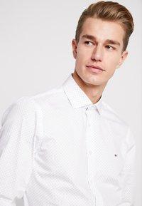 Tommy Hilfiger Tailored - DOT CLASSIC SLIM SHIRT - Formální košile - white - 3