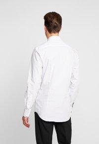 Tommy Hilfiger Tailored - DOT CLASSIC SLIM SHIRT - Formální košile - white - 2
