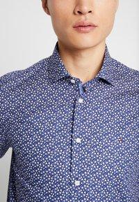 Tommy Hilfiger Tailored - FLORAL PRINT CLASSIC SLIM FIT - Košile - blue - 4