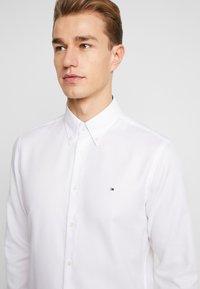 Tommy Hilfiger Tailored - DOBBY SLIM FIT  - Camicia elegante - white - 5