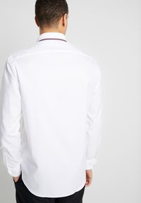 Tommy Hilfiger Tailored - COLLAR CLASSIC SHIRT REGULAR FIT - Camicia elegante - white - 2