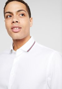 Tommy Hilfiger Tailored - COLLAR CLASSIC SHIRT REGULAR FIT - Camicia elegante - white - 3