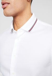 Tommy Hilfiger Tailored - COLLAR CLASSIC SHIRT REGULAR FIT - Camicia elegante - white - 6