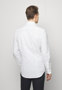 Tommy Hilfiger Tailored - WASHED OXFORD CLASSIC SLIM - Camicia elegante - white - 2