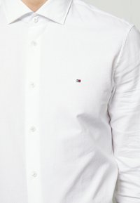 Tommy Hilfiger Tailored - WASHED OXFORD CLASSIC SLIM - Camicia elegante - white - 5