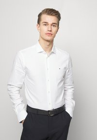 Tommy Hilfiger Tailored - WASHED OXFORD CLASSIC SLIM - Camicia elegante - white - 0