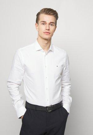 WASHED OXFORD CLASSIC SLIM - Formální košile - white