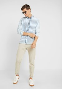 Tommy Hilfiger Tailored - PANTS - Pantalones chinos - beige - 1
