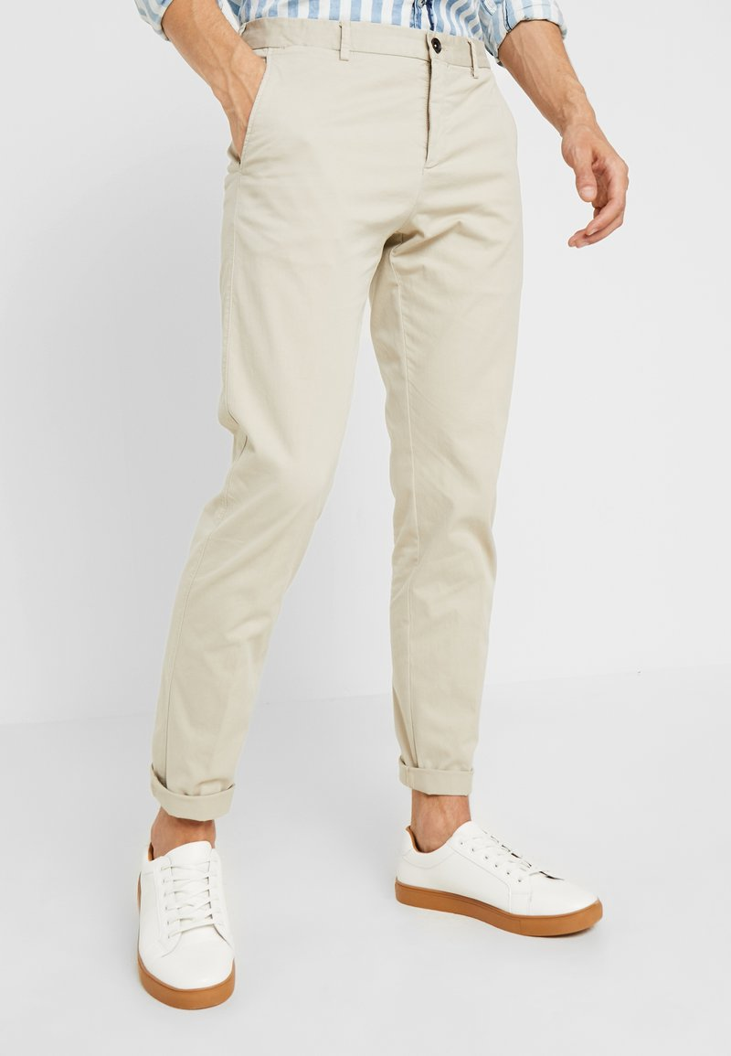 Tommy Hilfiger Tailored - PANTS - Pantalones chinos - beige