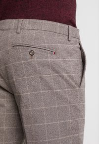 Tommy Hilfiger Tailored - SLIM FIT WINDOWPANE FLEX PANT - Kalhoty - brown - 5