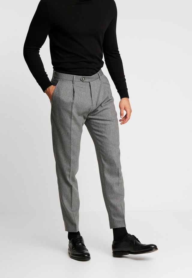 PLEATED FLEX PANT - Pantaloni - grey