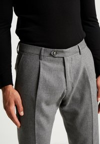 Tommy Hilfiger Tailored - PLEATED FLEX PANT - Kalhoty - grey - 4