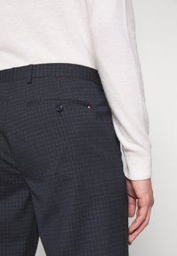 Tommy Hilfiger Tailored - SMALL CHECK SLIM FIT PANT - Pantaloni - grey - 3