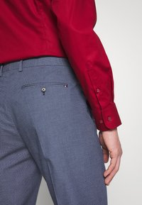 Tommy Hilfiger Tailored - FLEX MICRO PRINT SLIM FIT PANT - Pantaloni - blue - 3