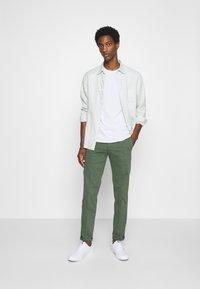 Tommy Hilfiger Tailored - FLEX SLIM FIT PANT - Pantaloni - green - 1