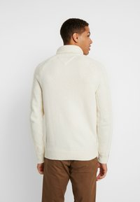 Tommy Hilfiger Tailored - CABLE ROLL NECK - Stickad tröja - white - 2