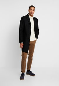Tommy Hilfiger Tailored - CABLE ROLL NECK - Stickad tröja - white - 1