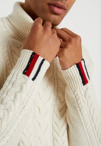 Tommy Hilfiger Tailored - CABLE ROLL NECK - Stickad tröja - white - 5