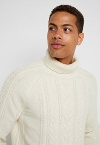 Tommy Hilfiger Tailored - CABLE ROLL NECK - Stickad tröja - white - 3