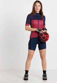Triple2 - VELOZIP PERFORMANCE WOMEN - T-Shirt print - beet red - 1