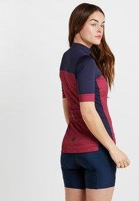 Triple2 - VELOZIP PERFORMANCE WOMEN - T-Shirt print - beet red - 2