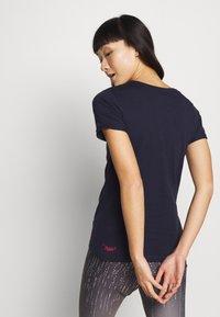 Triple2 - Print T-shirt - peacoat - 2