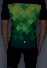 Triple2 - VELOZIP PERFORMANCE MEN - T-Shirt print - online lime - 3