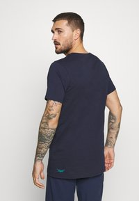 Triple2 - TUUR MEN FACE - T-Shirt print - peacoat - 2