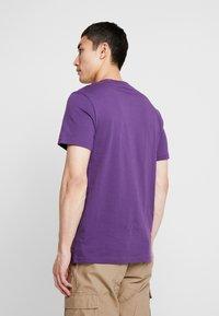 Stance - PRIMER  - Jednoduché triko - purple - 2