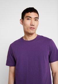 Stance - PRIMER  - Jednoduché triko - purple - 3