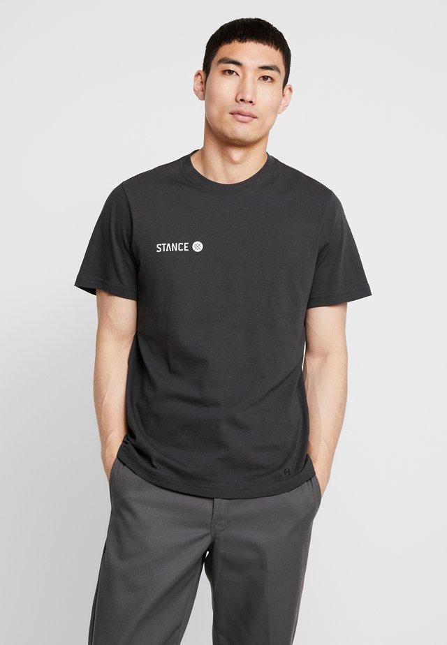 EON - T-shirt con stampa - blackfade