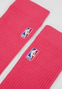 Stance - NBA LOGOMAN CREW II - Skarpety sportowe - saturated pink - 2