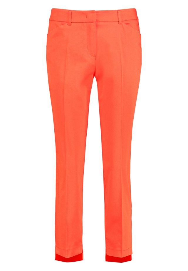 MIT HIGH-LOW-SAUM  - Stoffhose - tigerlilly orange