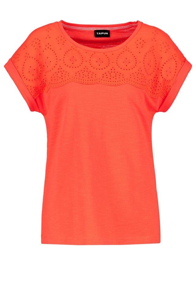 MIT SPITZE - T-shirt imprimé - tigerlilly orange
