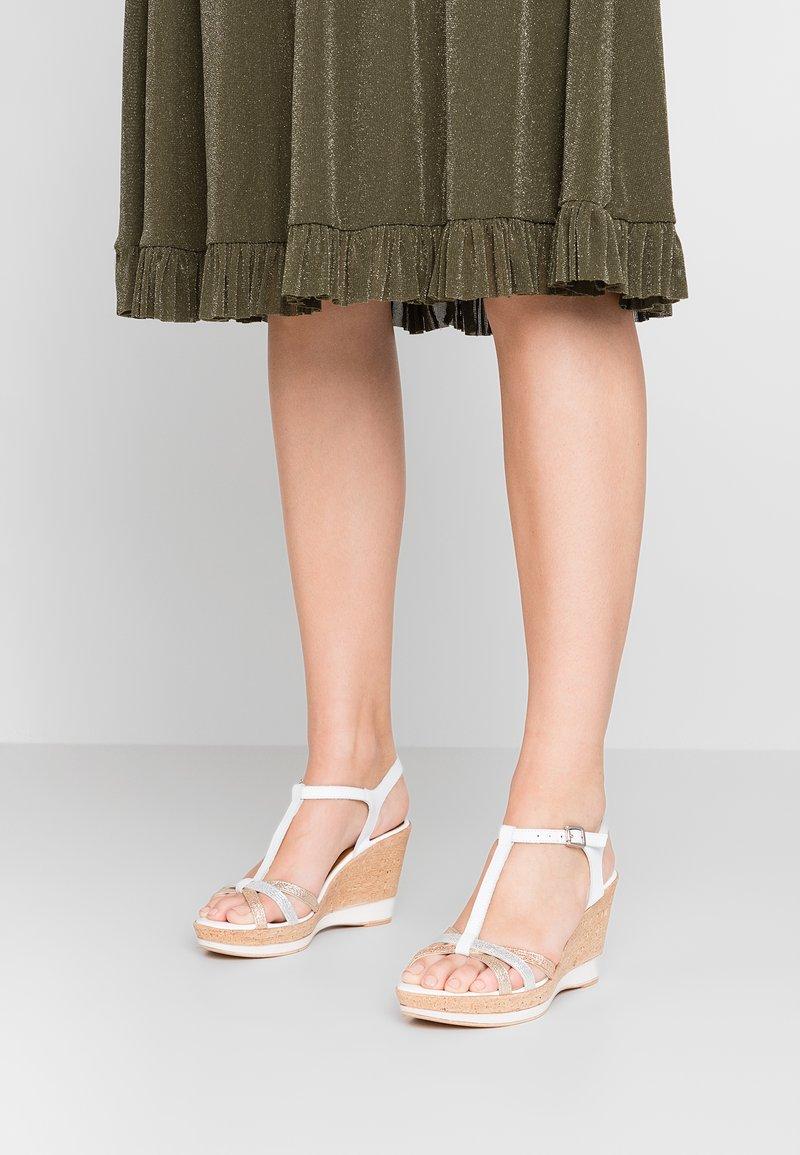 Tamaris - Korolliset sandaalit - white