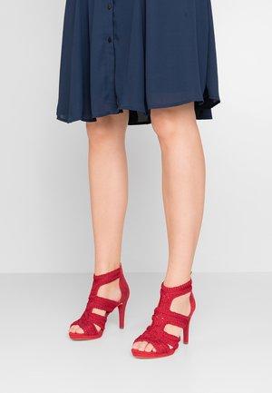 Korolliset sandaalit - lipstick