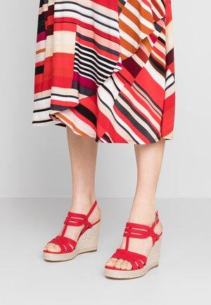 Sandály na klínu - lipstick