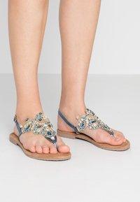 Tamaris - Sandály s odděleným palcem - azur - 0