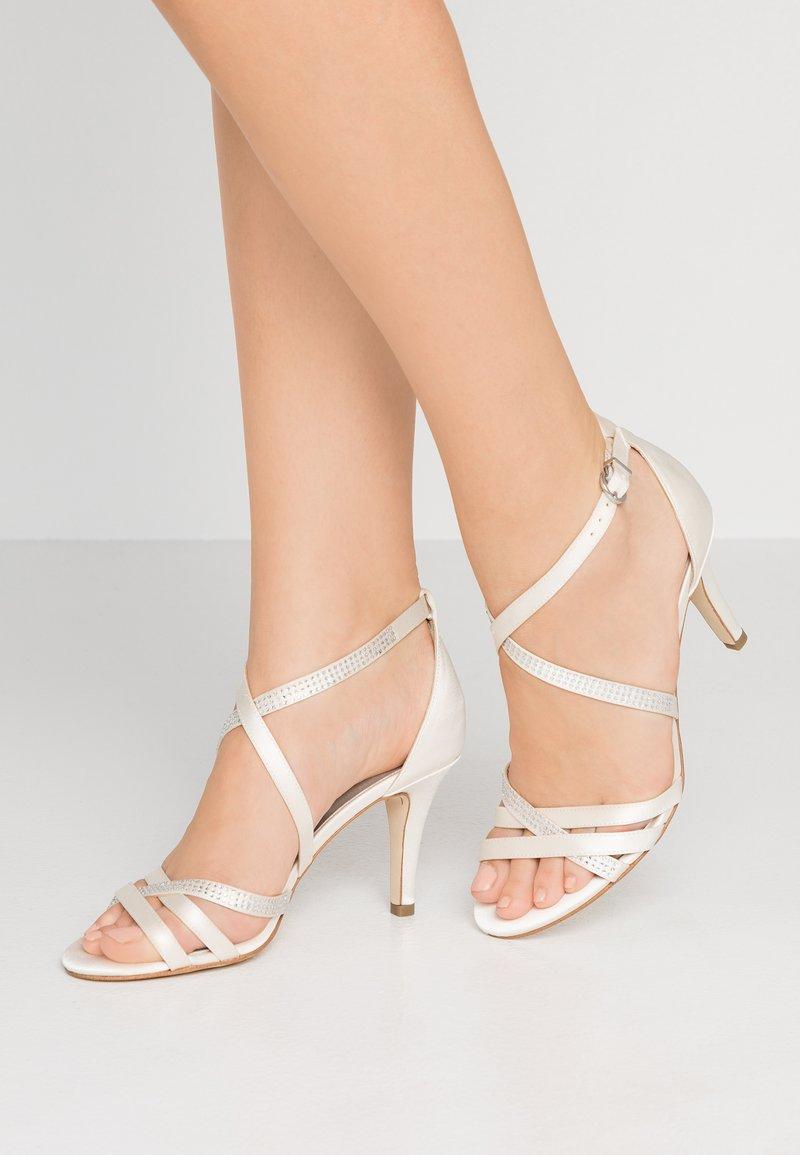 Tamaris - Korolliset sandaalit - ivory