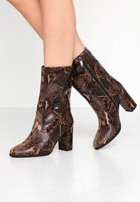 Tamaris - Kotníkové boty - mocca - 0
