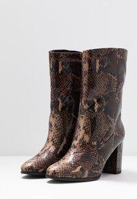 Tamaris - Kotníkové boty - mocca - 4