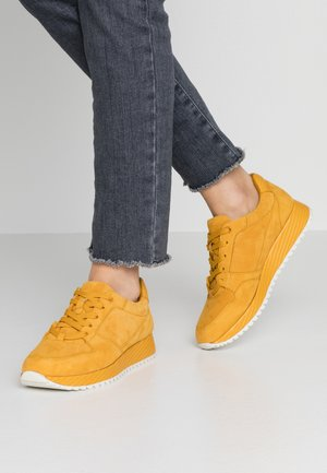 Trainers - safron