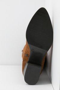 Tamaris - BOOTS - Støvler - cognac - 6