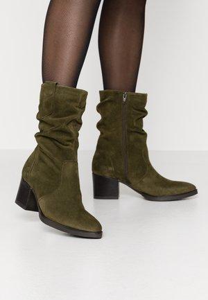 BOOTS - Støvler - olive