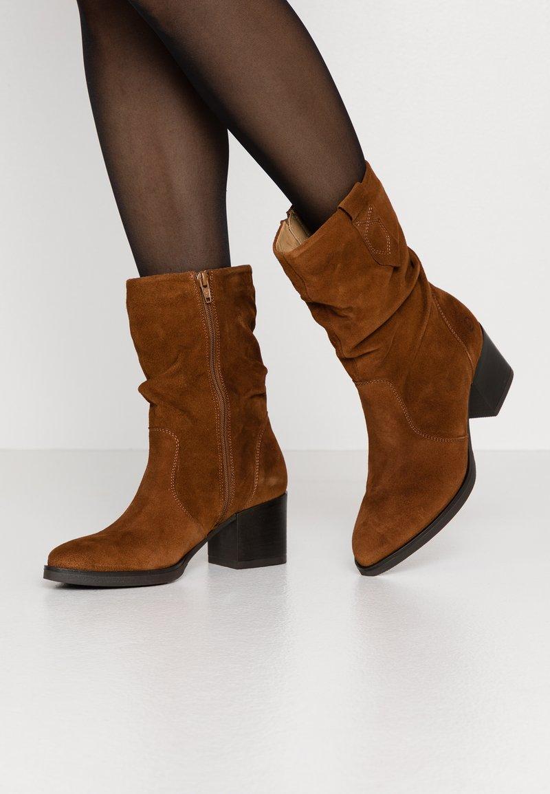 Tamaris - BOOTS - Vysoká obuv - cognac