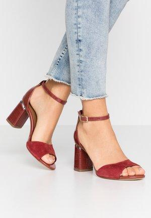 Sandaalit nilkkaremmillä - ruby