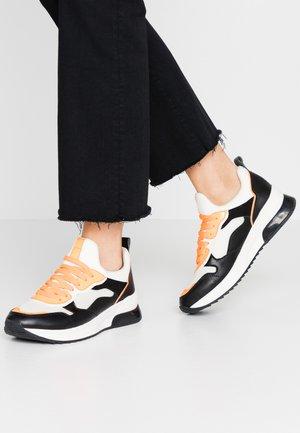 Trainers - white/black/orange