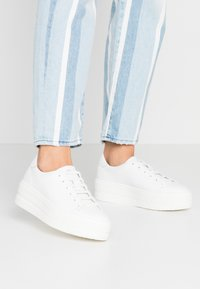 Tamaris - Sneakersy niskie - white - 0
